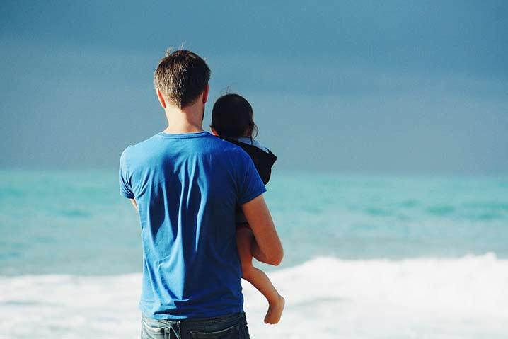 Alleinerziehnder Vater mit Kind am Strand