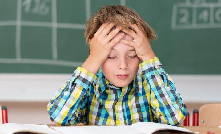 Lesender Junge in der Schule