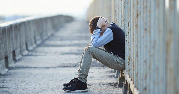 Junge als Opfer, alleine gelassen auf Brücke